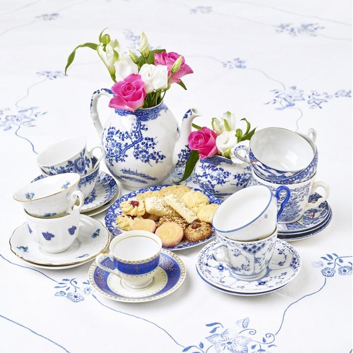 Klassiska färger. Blåvitt är en älskad färgkombination på porslin. Till vänster står en kopp ur serien Blå Blom. Mönstret är en applikation med en druvklase. Teorin är den att de som skulle tillverka koppen aldrig hade sett vindruvor och kallade dem blommor.