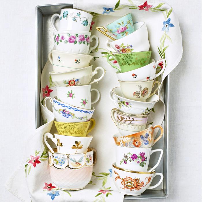 Mönsterglädje. De gamla kaffekopparna är dekorerade med en oändlig mängd mönster i olika färger. Nästan alltid finns blommor och blad med i sammanhanget. Många mönster ritades av konstnärer som Louise Adelborg, Einar Forseth och Edward Hald.