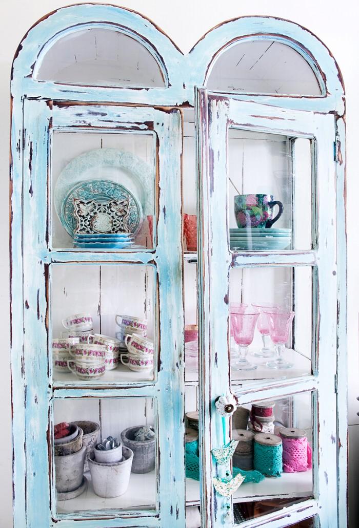 Som en turkos skattkista är det glasade skåpet som är fullt med glas och porslin. Foto: Tommy Durath