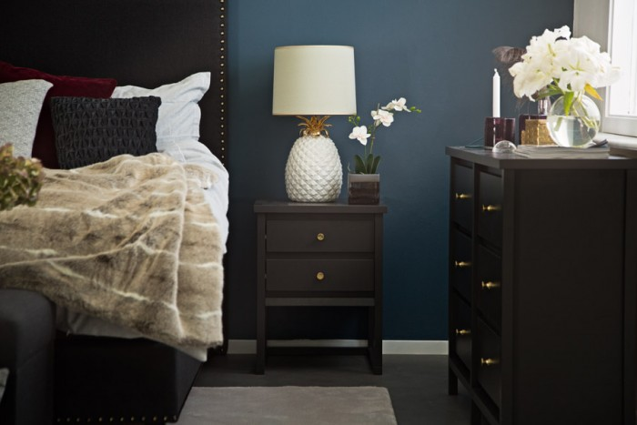 Nattduksbordet kostar 1895 kr. Lampan i form av en ananas är en rolig detalj.