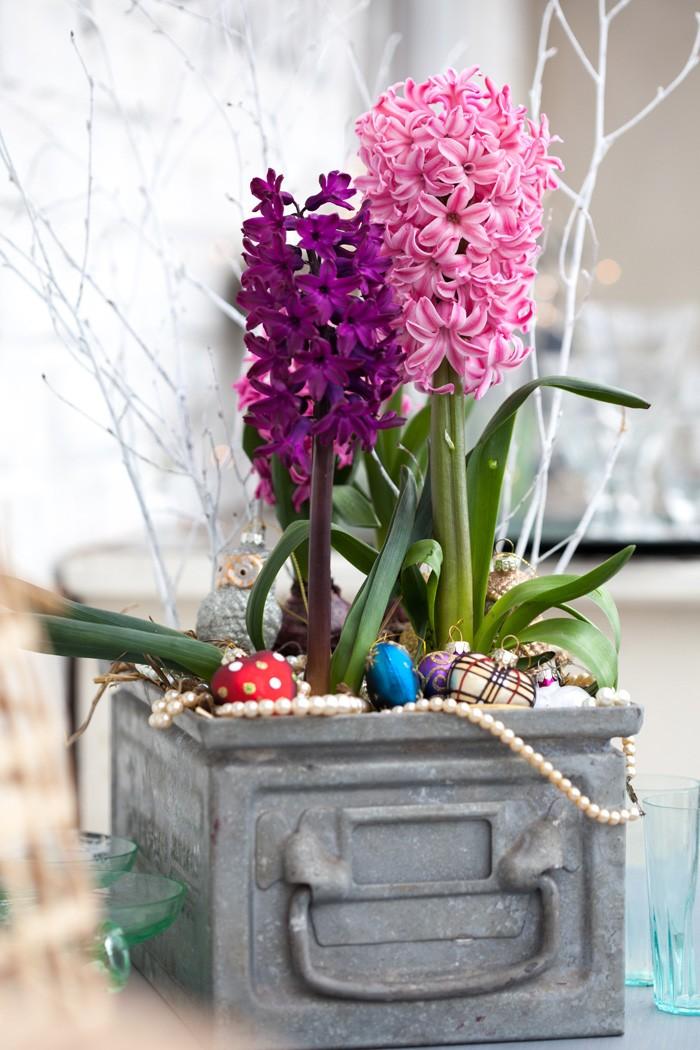 Modern julgrupp med hyacinter, vitmålade kvistar, en uggla och ett halsband.