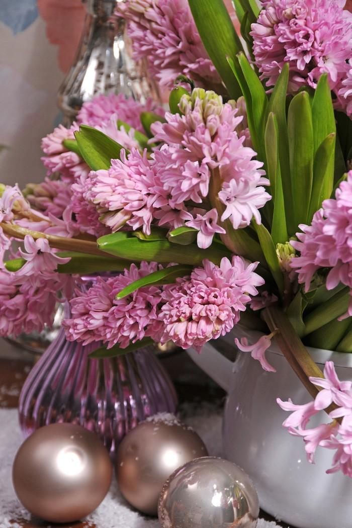 Matcha dina rosa hyacinter med fina vaser och julgranskulor.