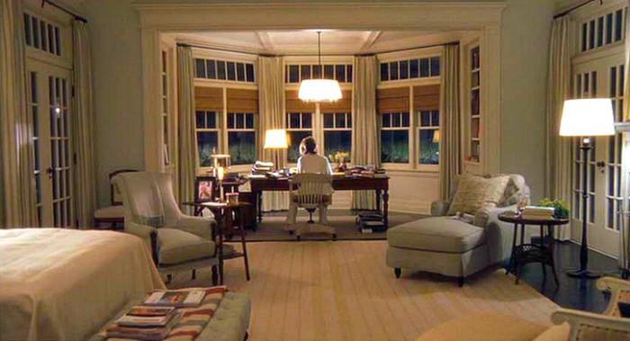 Diane Keaton sitter vid sitt skrivbord i Galen i kärlek.