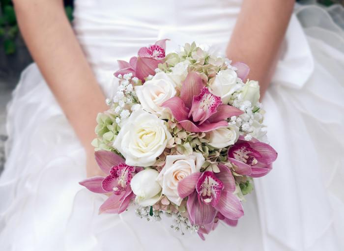 Brudbukett med vita rosor. Foto: Shutterstock