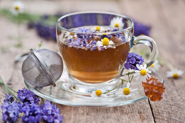 Te med lavendel och kamomill. Foto: Shutterstock