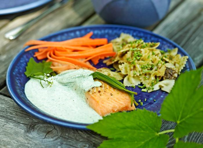 Lax med grön löktravssås & pasta med kirskålspesto. Foto: Thomas Carlgren