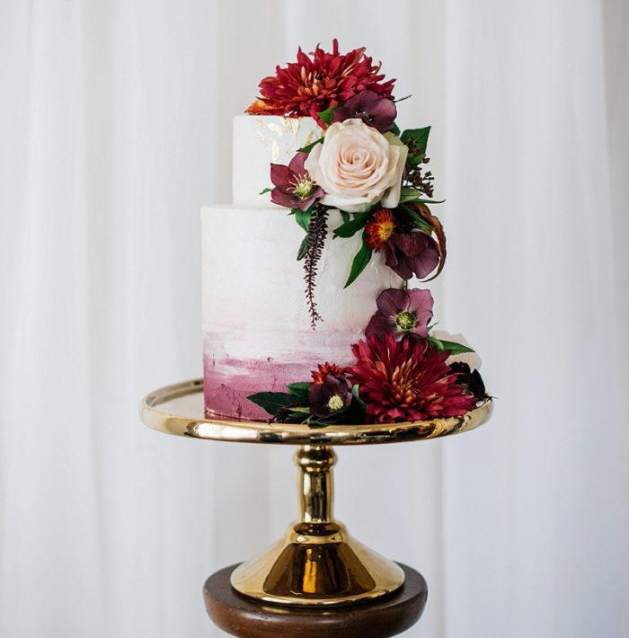 fc62097d807b Riktiga blommor går utmärkt att smycka tårtan med – välj ätbara sorter  eller strunta helt enkelt i att äta upp dem om de hamnar på tallriken.