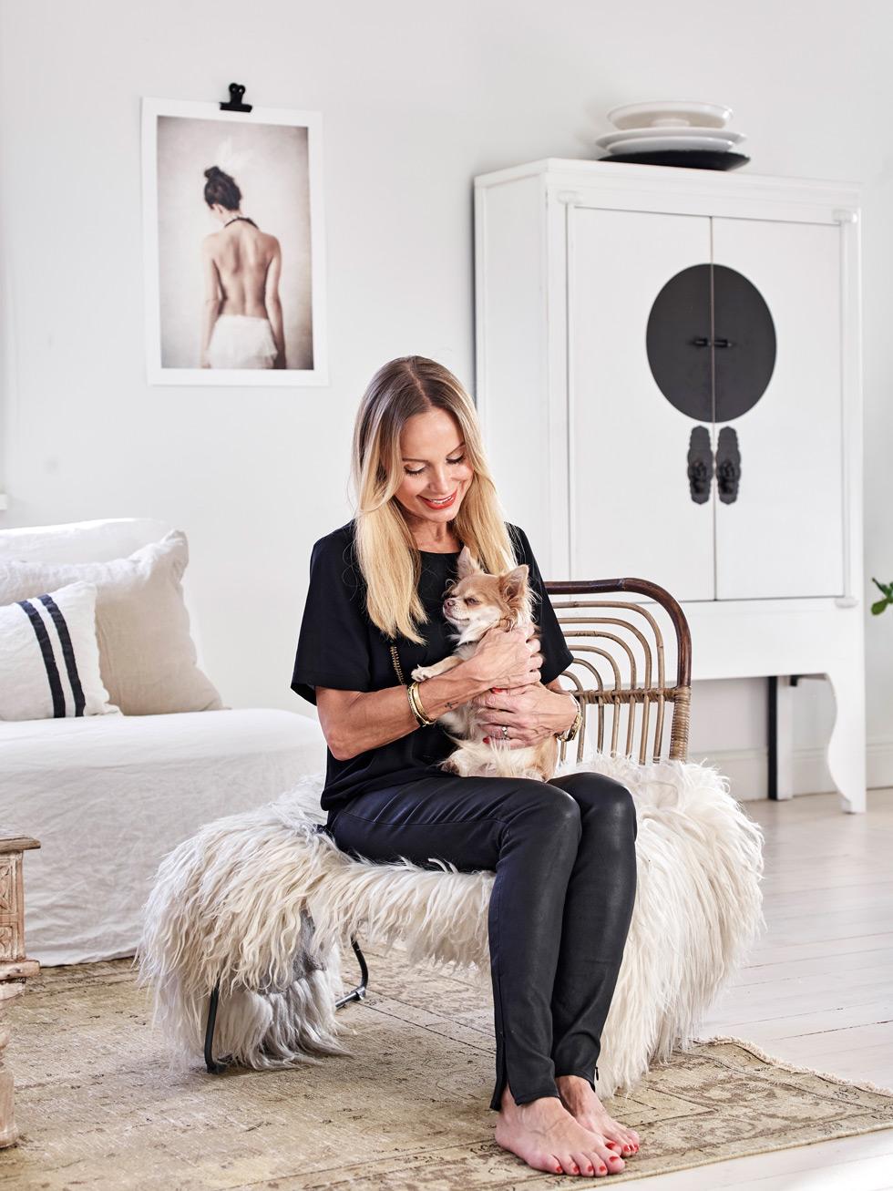 Katarina Axelsson @moiostore gosar med sin hund.