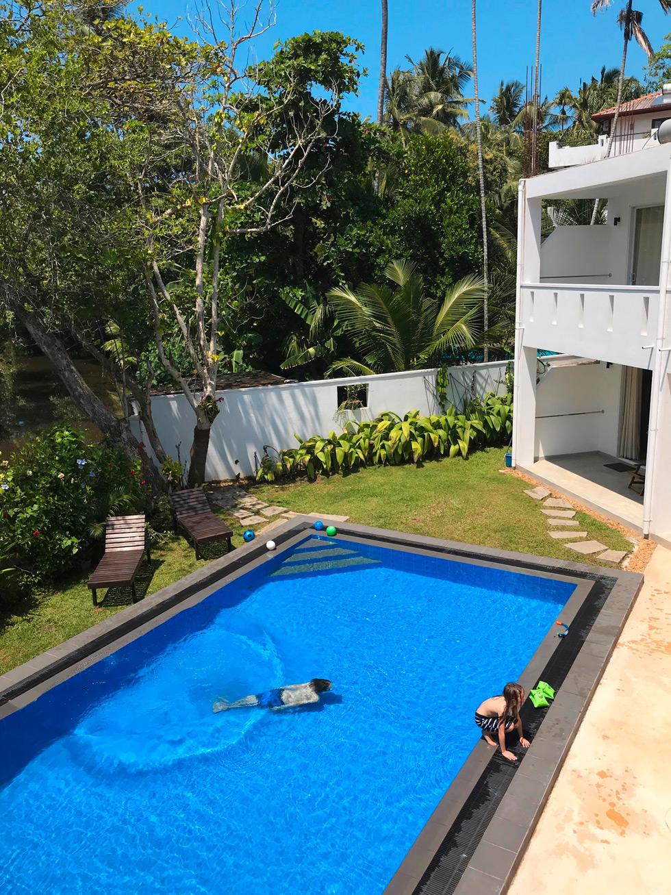 Pojke simmar under vattnet i poolen vid hotell Jippie the Villa på Sri Lanka.
