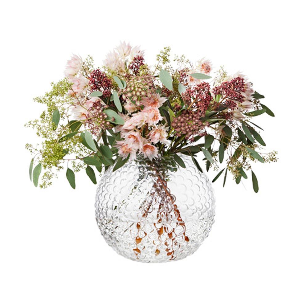 Vasen Dagg från Svenskt Tenn fylld med blommor.