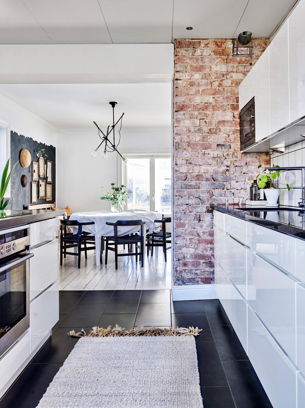 Modernt kök med tegelvägg.