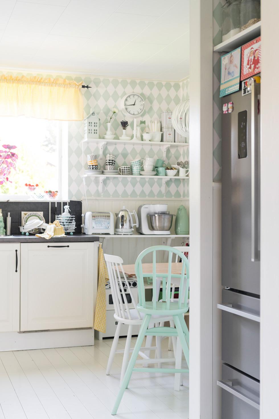 Köket har en pastellig tapet från Ferm Living.
