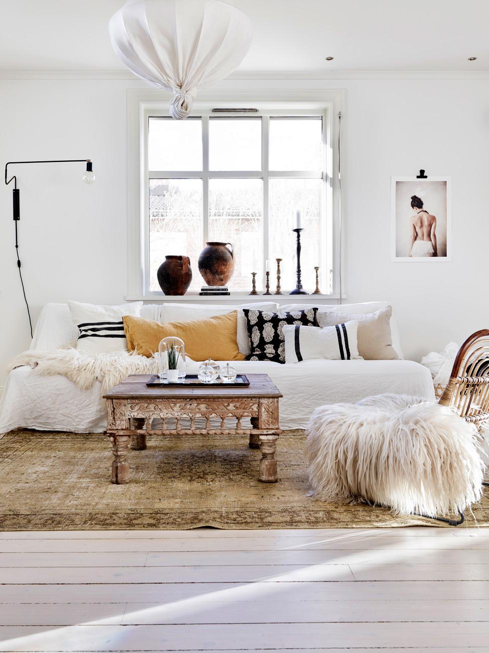 Korgstol med fårskinn och marockanskt soffbord.