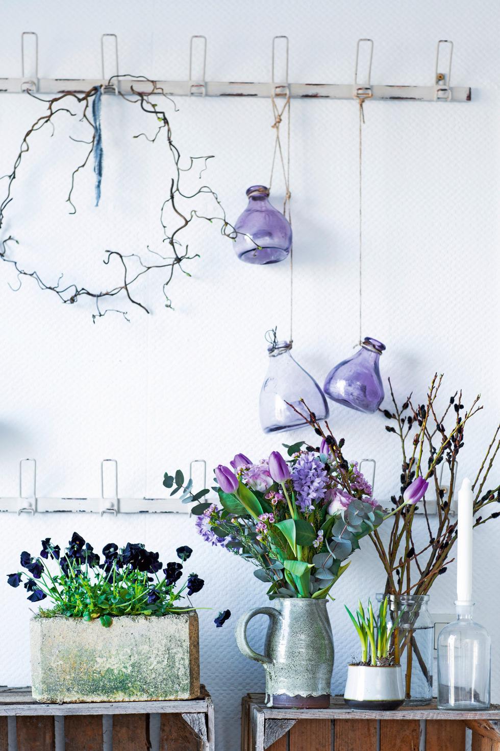 Bukett med hyacinter, tulpaner, vaxblomma och eukalyptus.