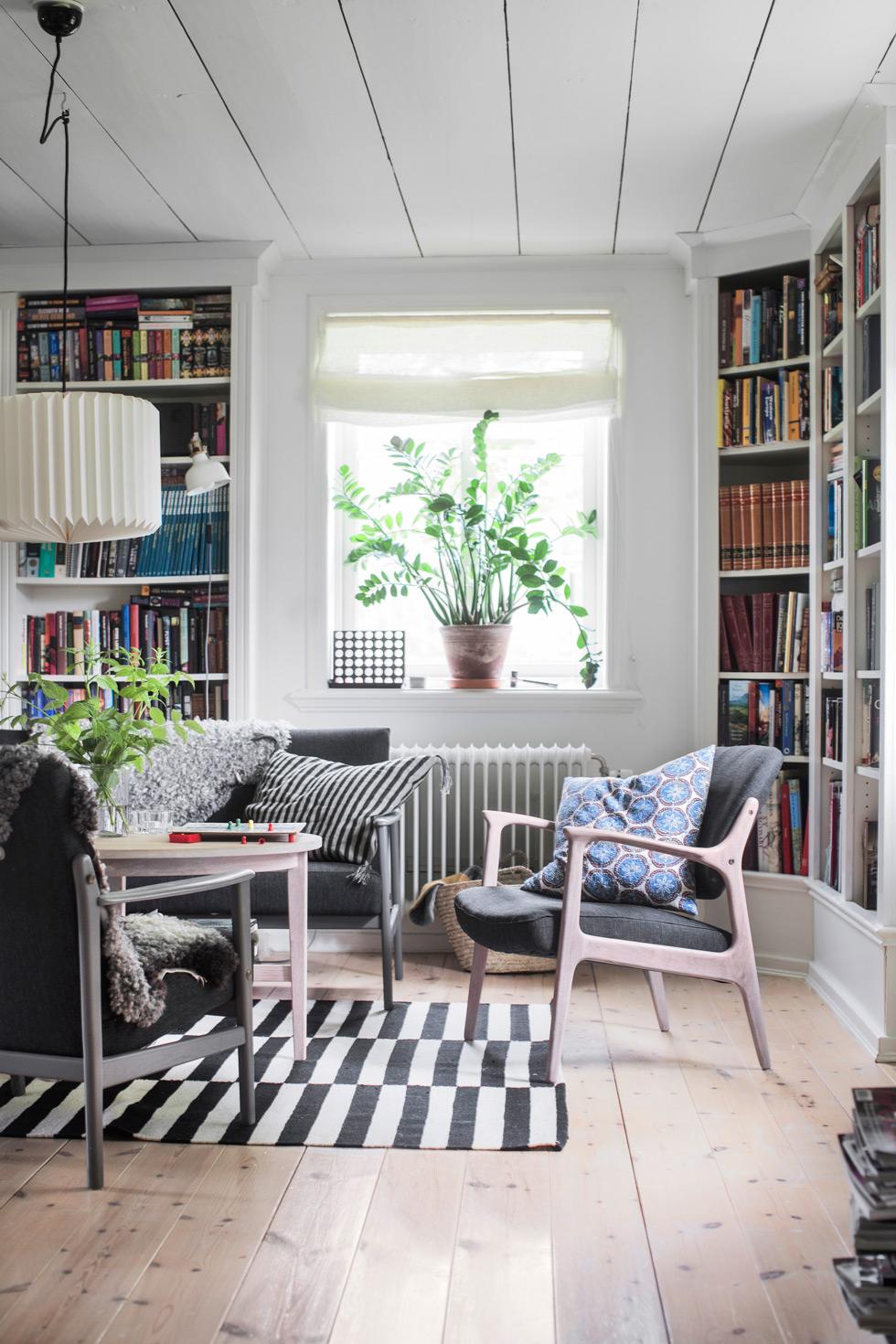 Mysigt hemmabibliotek med fåtölj.