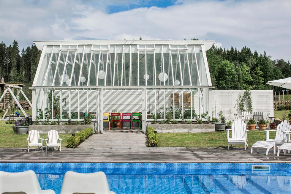 Pool med växthus i lantlig miljö.