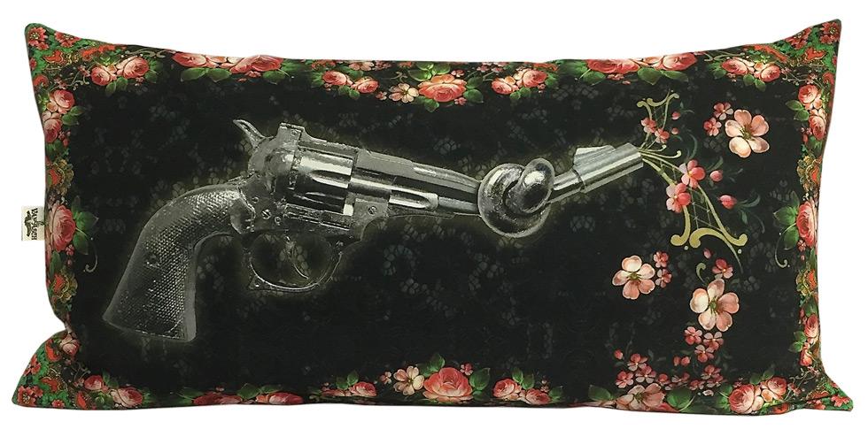 Kudde med motiv av pistol med knut på pipa.
