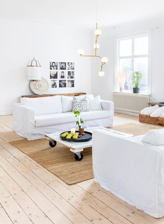 Vardagsrum i vitt med soffbord av gammal dörr.